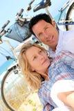 Het ontspannen van het paar door het overzees Stock Foto