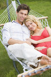 Het ontspannen van het paar in hangmat het glimlachen Royalty-vrije Stock Fotografie