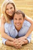 Het Ontspannen van het paar op de Zomer Geoogst Gebied Stock Foto