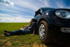 Het Ontspannen van het paar op een Reis van de Weg stock fotografie