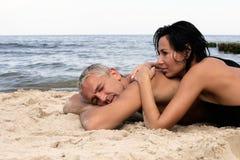 Het ontspannen van het paar op het strand Stock Fotografie