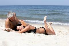Het ontspannen van het paar op het strand Stock Foto