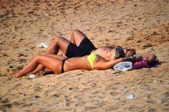 Het ontspannen van het paar op het strand stock afbeeldingen