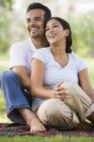 Het ontspannen van het paar in park Stock Afbeelding