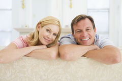 Het ontspannen van het paar in zitkamer Royalty-vrije Stock Foto