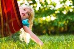 Het ontspannen van het meisje in een hangmat Stock Foto
