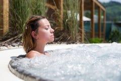 Het ontspannen van het meisje in Jacuzzi royalty-vrije stock foto's
