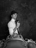 Het ontspruiten in studio Detective Story Mens in hoed Agent 007 Royalty-vrije Stock Foto's