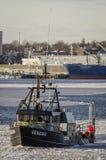 Het Ontstaan van de zeekreeftboot op ijzige Acushnet-Rivier stock fotografie