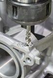 Het onttrekken van automobieldeel door cnc machinaal bewerkend centrum Stock Afbeeldingen