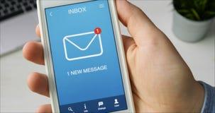 Het ontvangen van één nieuw bericht op smartphone stock videobeelden
