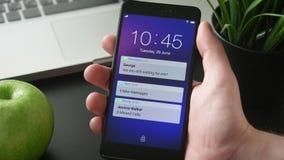 Het ontvangen van berichten op smartphone stock footage