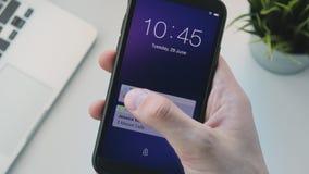 Het ontvangen van berichten op smartphone stock video