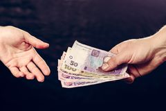 Het ontvangen van geld van de klant, de economische kosten en de betaling van de diensten stock foto's