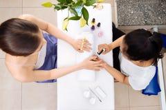 Het ontvangen van manicure Stock Afbeelding