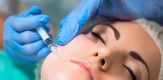 Het ontvangen van mesotherapy procedure, de kosmetiek Schoonheidsspecialist die p doen royalty-vrije stock afbeeldingen