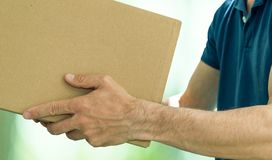 Het ontvangen van pakket van koerier aan klant Het concept van de levering stock foto's