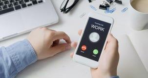 Het ontvangen van telefoongesprek van het werk en het goedkeuren Mobiel communicatiemiddel concept Het zitten bij het Bureau stock video