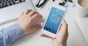 Het ontvangen van vele nieuwe berichten op smartphone stock video