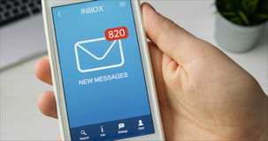 Het ontvangen van vele nieuwe berichten op smartphone stock videobeelden