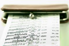 Het ontvangstbewijs van het contante geld op achtergrond van een beurs Stock Foto