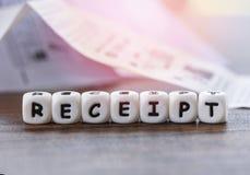 Het ontvangstbewijsdocument op het lijstbureau met dobbelt woordenkasontvangst het winkelen lijstdocument de rekening van het kas royalty-vrije stock foto