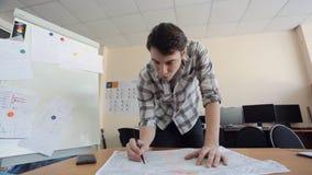 Het ontwerp van architectenexemplaren van originele lay-out die carbonpapier gebruiken stock video