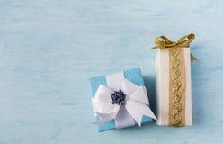 Het ontwerp van de giftdoos op houten blauwe achtergrond Royalty-vrije Stock Afbeeldingen