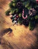 Het ontwerp van de Kerstmisgrens op de houten achtergrond Kerstmisspar met Kerstmiskaars en decoratie Royalty-vrije Stock Foto's