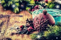 Het ontwerp van de Kerstmisgrens op de houten achtergrond Kerstmisspar met Kerstmiskaars en decoratie Royalty-vrije Stock Afbeeldingen