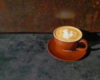 Het ontwerp van de koffiekunst in een hete cappuccino royalty-vrije stock afbeelding