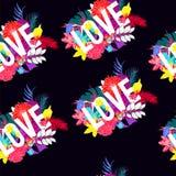 Het ontwerp van de liefdetypografie met tropische bladeren en bloemen naadloze patroonvector Stock Foto's