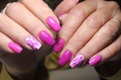 Het ontwerp van de manicurespijker met bloem Royalty-vrije Stock Foto's