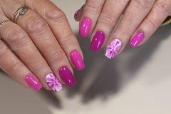 Het ontwerp van de manicurespijker met bloem Stock Afbeelding