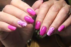 Het ontwerp van de manicurespijker met bloem Stock Foto