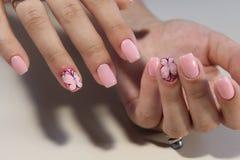 Het ontwerp van de manicurespijker met een vlinderpatroon Stock Foto's