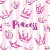 Het ontwerp van de prinseskaart Hand getrokken Kroonpatroon in roze kleur op gestreepte achtergrond Royalty-vrije Stock Foto