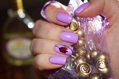 Het ontwerp van de spijkerskunst op de achtergrond van de zak met de juwelen Royalty-vrije Stock Afbeelding