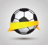Het ontwerp van de voetbalbal door origami op witte achtergrond Stock Afbeeldingen