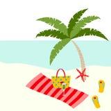 Het ontwerp van de de zomerkaart met tropische boom, zak, handdoek, zeester, pantoffel op het strand vector illustratie