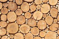 Het ontwerptextuur van zaagbesnoeiingen De Achtergrond van boomstompen Het logboek snijdt dicht omhoog Stapel Logboeken Sluit omh stock afbeelding
