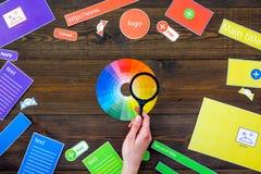 Het ontwikkelen van internetsite Het concept van het websiteontwerp De elementen, blokken, instrumenten, hulpmiddelen voor maken  Stock Afbeeldingen