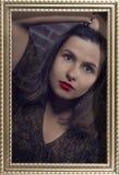 Het ontworpen portret van mooi donkerbruin meisje met rode lippen en hypnotic kijkt van grote groene ogen Stock Afbeeldingen