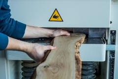 Het onveilige werken met houten machine stock fotografie