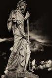 Het Onverbiddelijke Maaimachinedood verpersoonlijkte standbeeld wandelt in donkere nig Royalty-vrije Stock Afbeelding