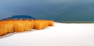 Het onweer komt bij Meer Balaton in de winter Stock Fotografie