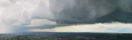 Het onweer komt binnen aan Stock Afbeeldingen