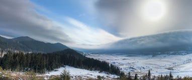 Het onweer komt uit de bergen Stock Foto