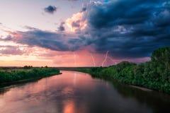 Het onweer van de avond over keerpunt en dramatische hemel Royalty-vrije Stock Afbeeldingen
