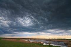Het onweer van de avond over meer op afgelegen wild gebied Royalty-vrije Stock Fotografie